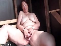 Dirty mature slut gets horny finger fucking her pussy b