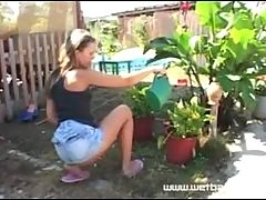 WOMEN PISSING OUTDOORS