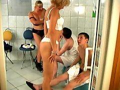 2 matures et 2 jeunes dans un sauna # S76