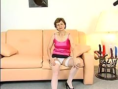 Mature Milf using a virbrator