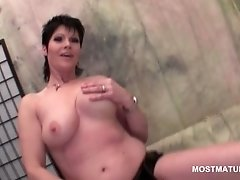 Brunette mature hottie rubbing her pink cunt in close u