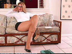 Elise The Queen in pantyhose